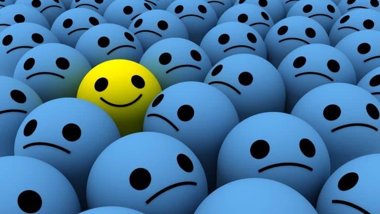 סמיילי מחייך בין פרצופים אחרים בהקשר של בניית תוכנית עסקית