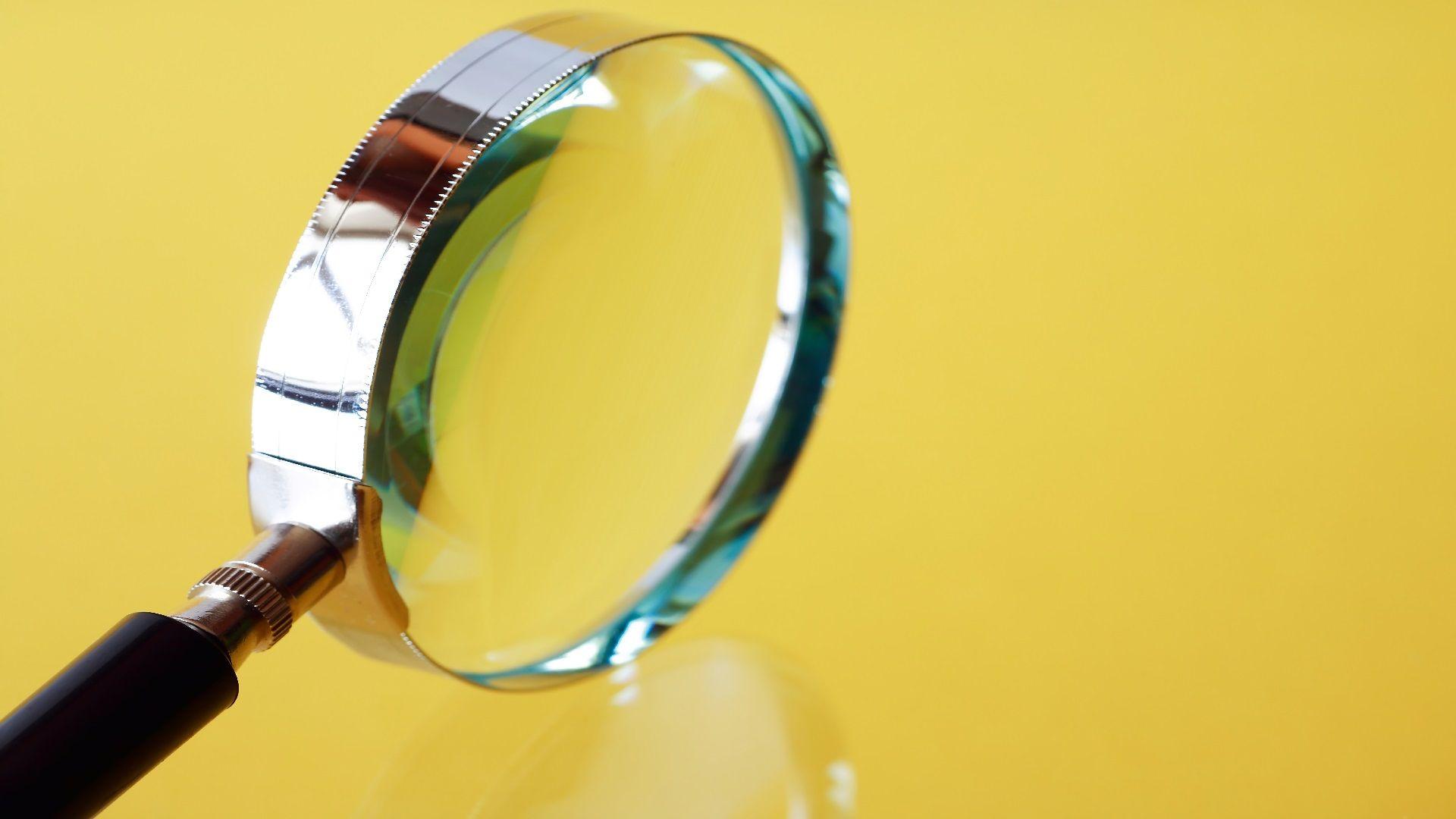 זכוכית מגדלת לבדיקת נאותות עם רקע צהוב